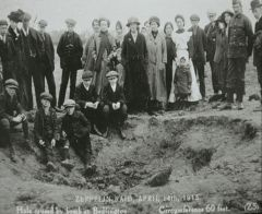Zeppelin bomb crater in Bedlington 1915.JPG