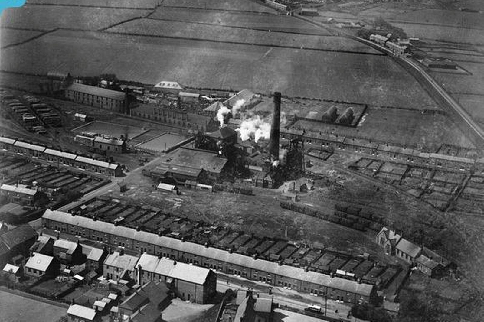 britain_from_above_.org_.uk A Pit aerial shot 1924.jpg